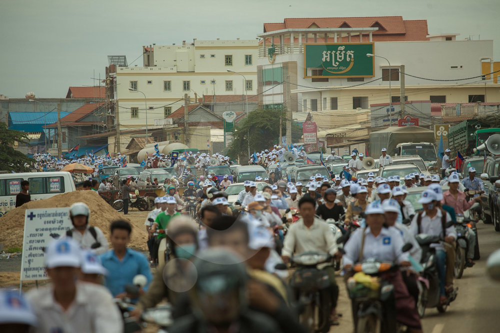 A parade of CNRP (Cambodia National Rescue Party) supporters through the streets of Kompong Speu. 20/07/2013 © Thomas Cristofoletti / Ruom