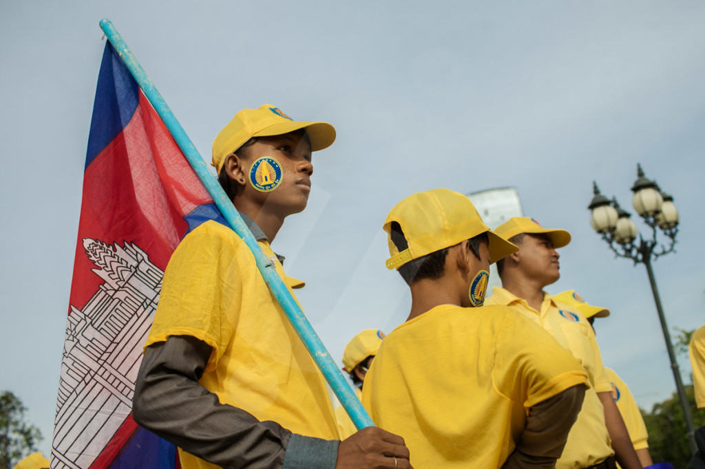 A young supporter of the FUNCINPEC party, waits the beginning of a party's parade through the streets of Phnom Penh. 03 July 2013 © Thomas Cristofoletti / Ruom 2013