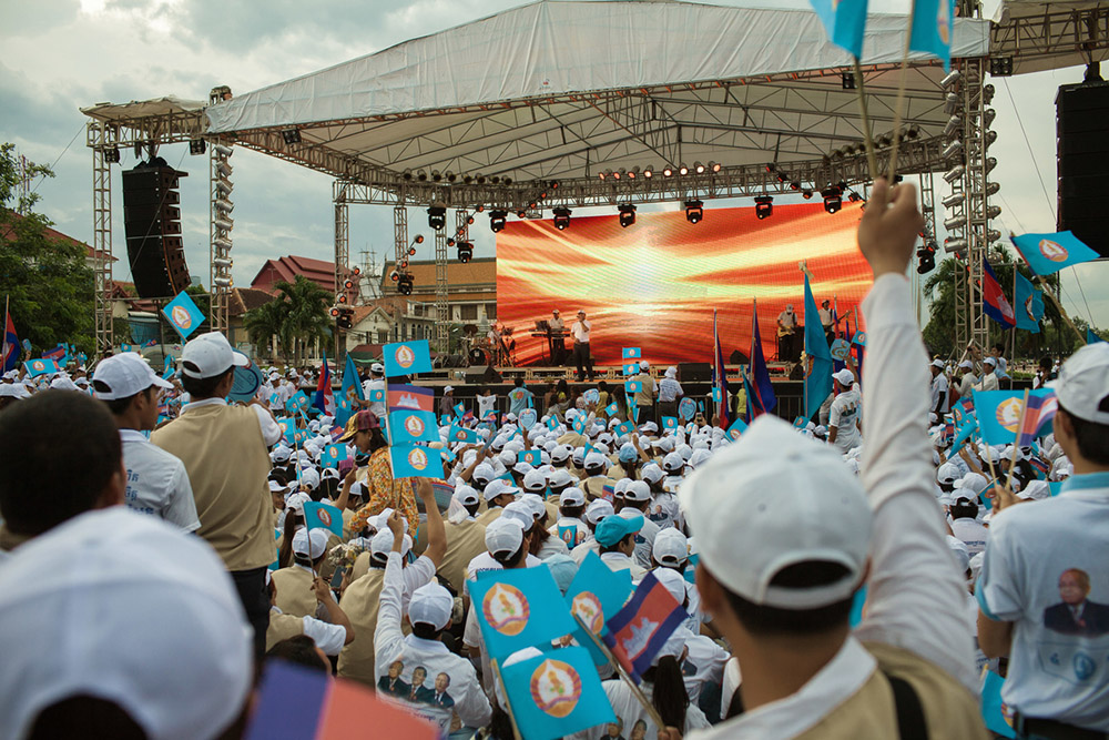Thousands members of the CPP's (Cambodia People's Party) Youth movement, gather at Wat Botum park in central Phnom Penh, for an concert offered by the party. 06/07/2013 © Thomas Cristofoletti / Ruom