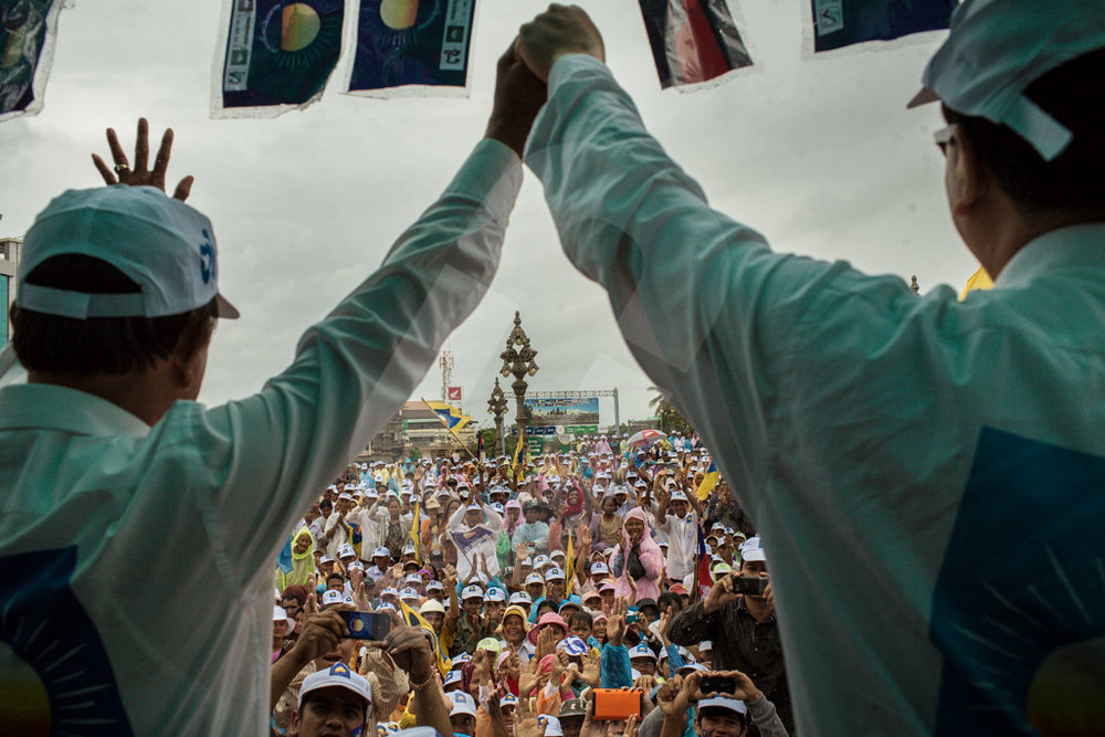 Opposition Leader, Sam Rainsy holds the hand with Kem Sokha, vice president of CNRP during a rally in Kampot city. 21/07/2013 © Thomas Cristofoletti / Ruom