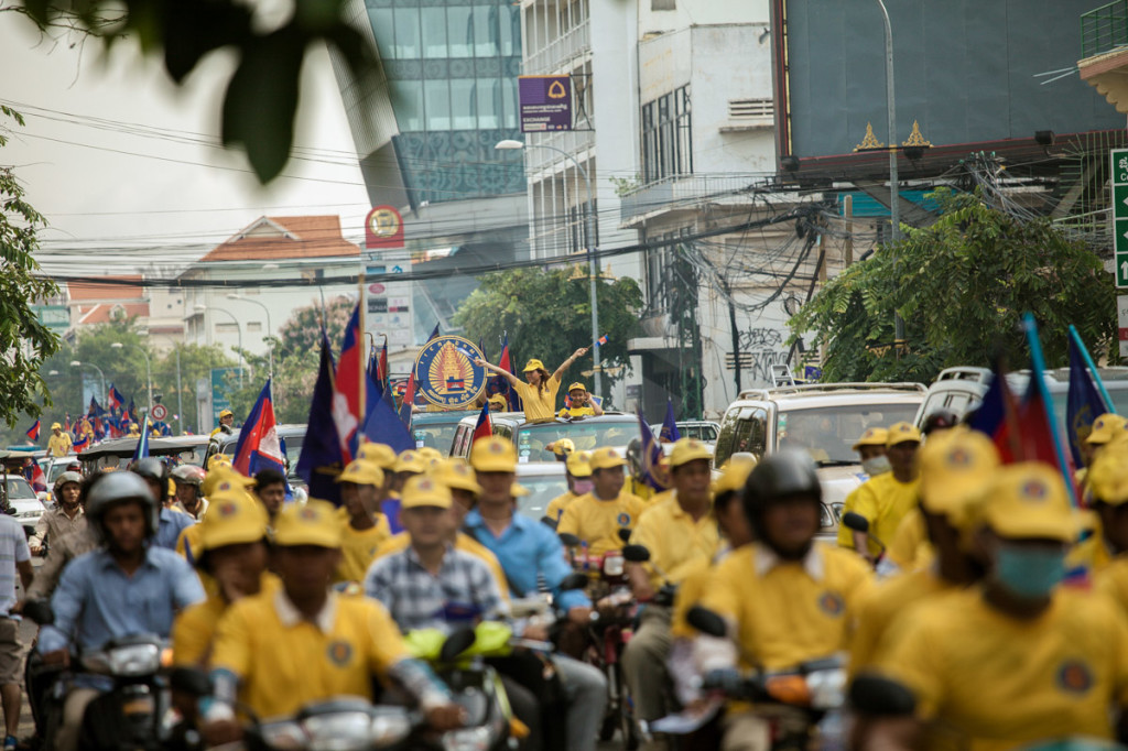 Supporters of the FUNCINPEC, the royalist party, during a parade through the streets of the Cambodian capital, Phnom Penh. 03 July 2013 © Thomas Cristofoletti / Ruom 2013
