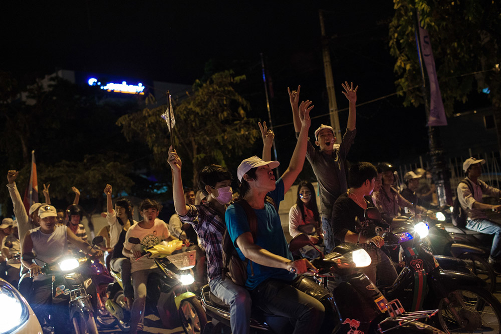 Members of the Youth movement of the CNRP (Cambodia National Rescue Party), the major opposition party, parade through the streets of Phnom Penh. 07/07/2013 © Thomas Cristofoletti / Ruom