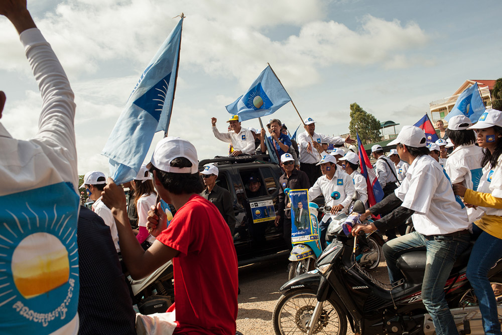 Kem Sokha and Mu Sochua, Cambodia National Rescue Party (CNRP), hold speaches in front of the Battambang new market during a CNRP rally in Battambang. 07 July 2013 © Nicolas Axelrod / Ruom