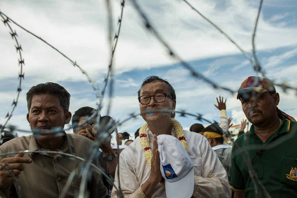 15/09/2013 - Phnom Penh. Sam Rainsy, leader of the CNRP, addresses riot police in front of a barricade as he and supporters marched to the Royal Palace of Phnom Penh. © Thomas Cristofoletti / Ruom 2013