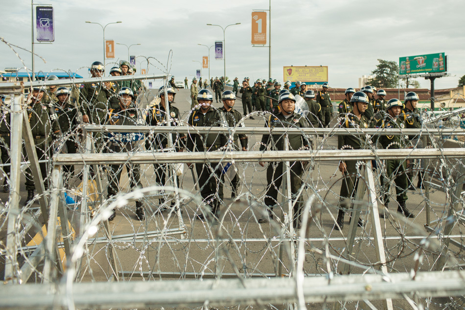 15/09/2013 - Phnom Penh. Police prevents the access to Norodom Boulevard to opposition supporters with barricades of barb wires. © Thomas Cristofoletti / Ruom 2013.