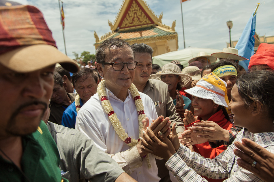 15/09/2013 - Phnom Penh. Opposition leader Sam Rainsy cheers CNRP supporters in front of the Royal Palace of Phnom Penh. © Thomas Cristofoletti / Ruom 2013