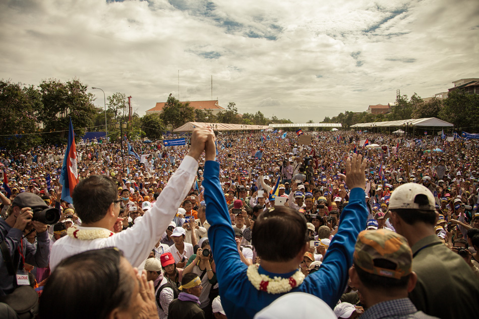 15/09/2013 - Phnom Penh. Thousands of CNRP supporters cheer opposition leaders Sam Rainsy and Kem Sokha after their arrival at Freedom Park in Phnom Penh. © Thomas Cristofoletti / Ruom 2013.