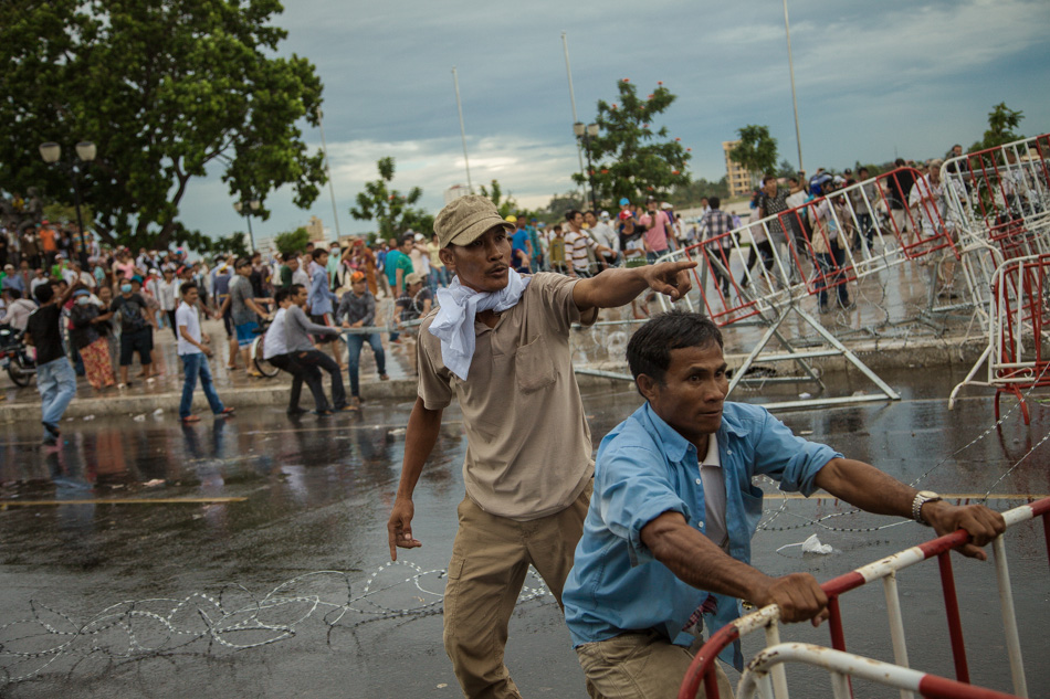 15/09/2013 - Phnom Penh. CNRP supporters tries to carrying away part of barricades police put to block the access to the Royal Palace of Phnom Penh. © Thomas Cristofoletti / Ruom 2013