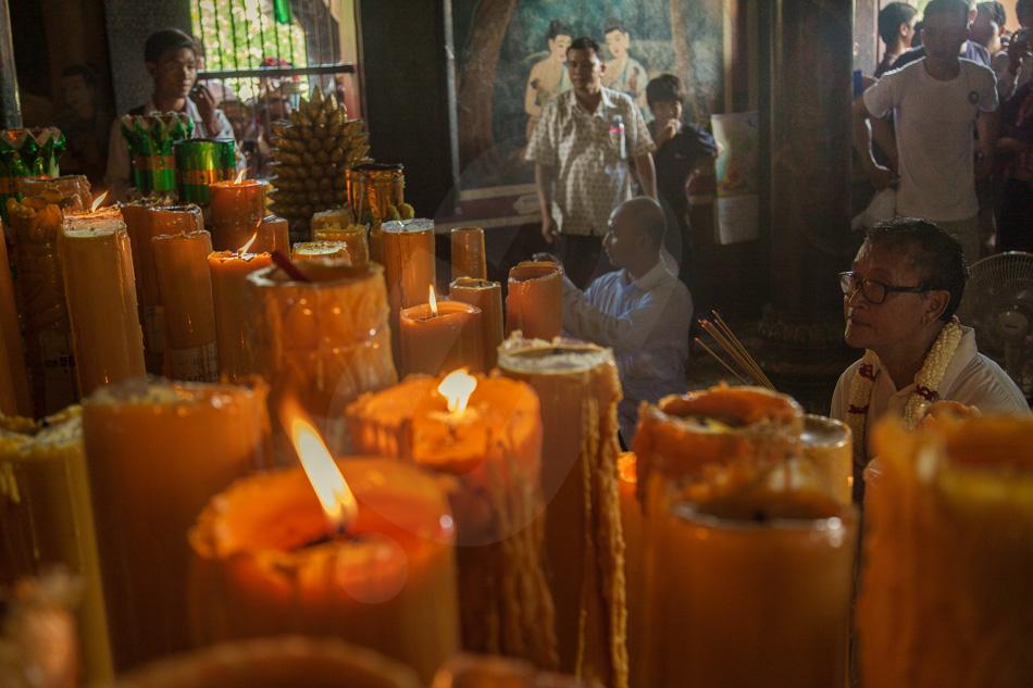 15/09/2013 - Phnom Penh. Opposition leader Sam Rainsy prays in the pagoda on Wat Phnom in Phnom Penh. © Thomas Cristofoletti / Ruom 2013