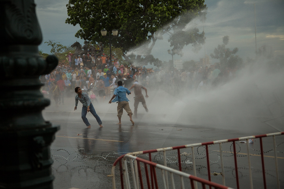 15/09/2013 - Phnom Penh. CNRP supporters tries to carrying away part of barricades and are targeted by water cannons. © Thomas Cristofoletti / Ruom 2013