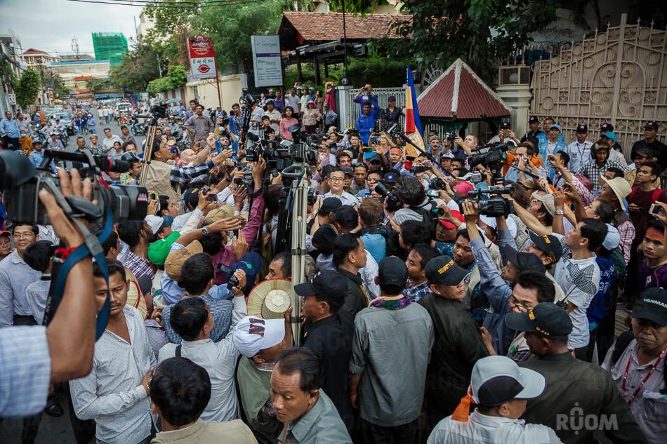 October 23, 2013 - Phnom Penh. CNRP leader, Sam Rainsy addresses media outside the UN OHCHR office. © Thomas Cristofoletti / Ruom 2013.