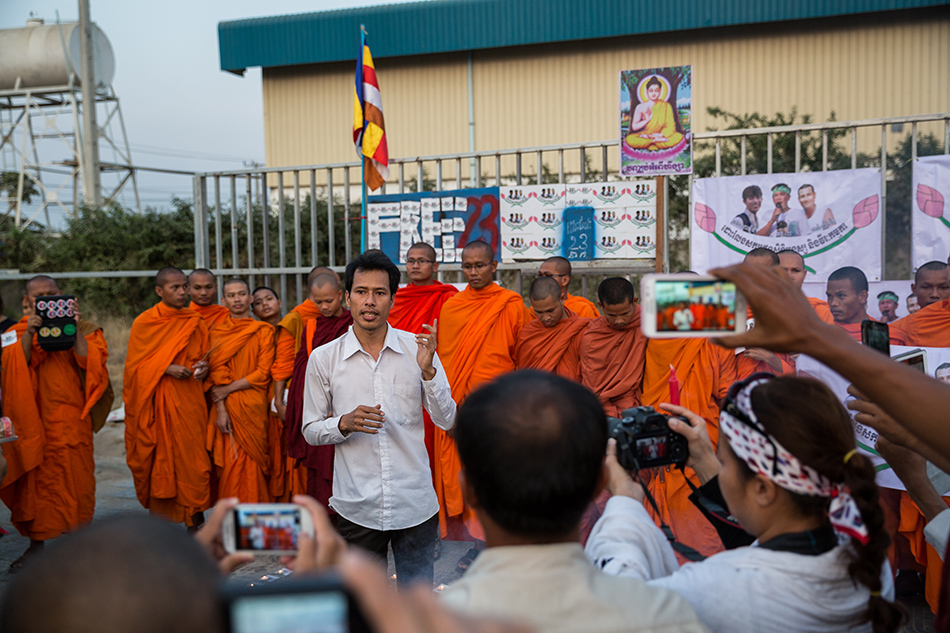 February 01, 2014 - Phnom Penh, Cambodia. Activists and monks from the Independent Monk Network for Social Justice (IMNSJ) hold a commemoration ceremony for the victims of garment clashes that took place in January 03, 2014. The IMNSJ and activists also called for the release of 23 detainees, arrested during the clashes and still held in pre-trial detention. © Nicolas Axelrod / Ruom