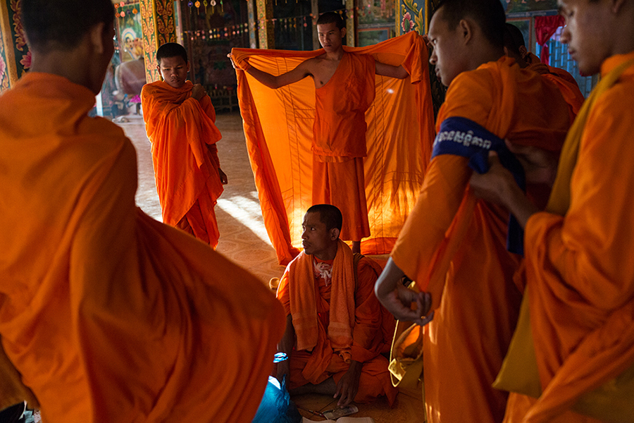 December 04, 2013 – Kampong Thom, Cambodia. Monks get ready on day four of the Human Rights Day march into Phnom Penh on National Road 6. © Nicolas Axelrod / Ruom