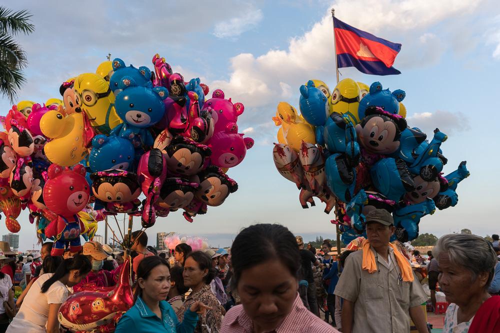 November 13, 2016 - Phnom Penh (Cambodia). Balloon sellers on the riverside. © Thomas Cristofoletti / Ruom