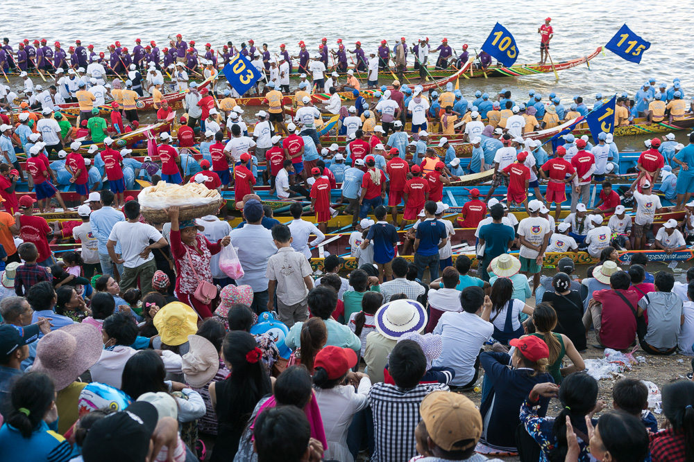 November 15, 2016 - Phnom Penh (Cambodia). Thousands of people watch the beginning of the competitions from the banks of the Tonle Sap. © Thomas Cristofoletti / Ruom