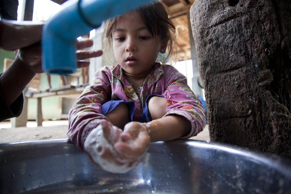 Keo Chanteoun (5) washes her hands. WASH, Andong Sla Village, Tan Kroyet commune, Sam Rang Toung district, Kampong Speu.