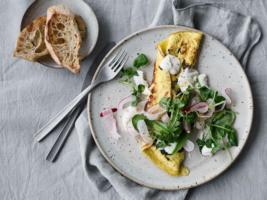03 Omelet med vildeurter og rygeost.jpg