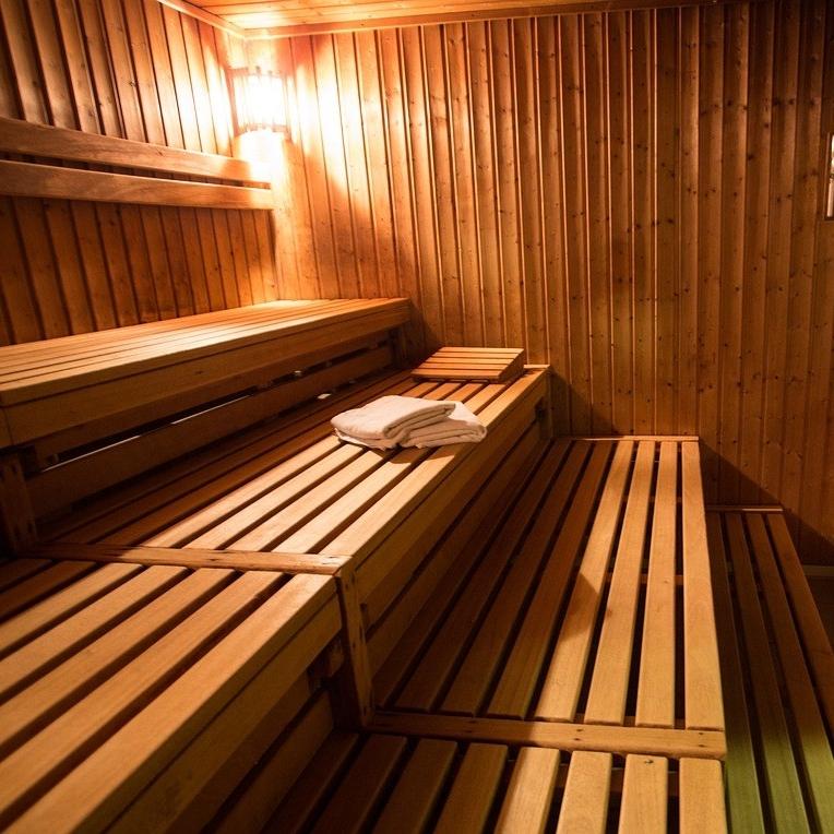 Sauna - Sauna pode ser aliada na prática de exercícios físicos, já que a vasodilatação proporcionada ajuda na recuperação do corpo. além disso, rejuvenesce a pele , facilita a liberação de toxinas ( pelo Suor), promove o relaxamento e pode reorganizar o sistema cardiorrespiratório. 10 a 15 minutos 2 a 3 vezes por semana já podem ser suficientes no pós-treino para observar os benefícios.