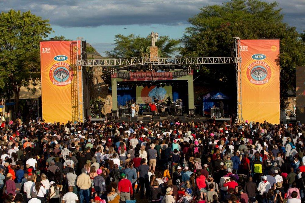 MTN Bush Fire - O MTN Bush Fire é um festival de música que recebe no House on Fire perto de 25 mil pessoas uma vez ao ano. É um dos eventos mais famosos em África, por isso aconselhamos que seja planeado com bastante antecedência. Reserva aqui um hotel e compra aqui o ingresso. Muita gente que acaba por não conseguir garantir alojamento acaba por levar uma tenda e acampar. Prepara-te para um evento holístico, com música, artes, comida, artesanatos e experiências únicas. O evento dura 3 dias e geralmente acontece no final de maio.ACONSELHAMOS VIVEMANTE