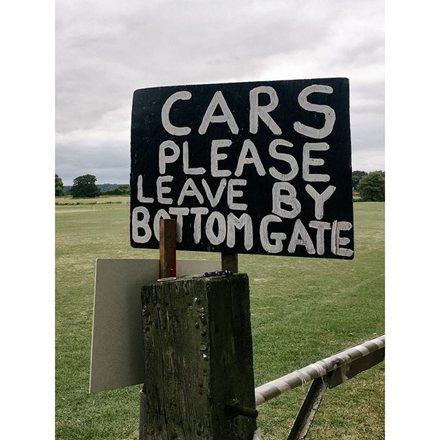 Cars please leave by the bottom gate ⁣ ⁣ ⁣ ⁣ ⁣ ⁣ #visualnotes #design #everydaytype #type #typography #lettering #signwriting