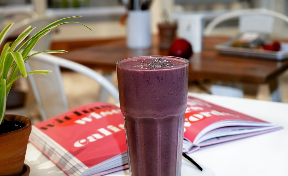 Anti-inflammatory Smoothie - Start your day crowding in nutrient-rich foods to help reduce inflammation, improve energy, and control your sugar cravings.