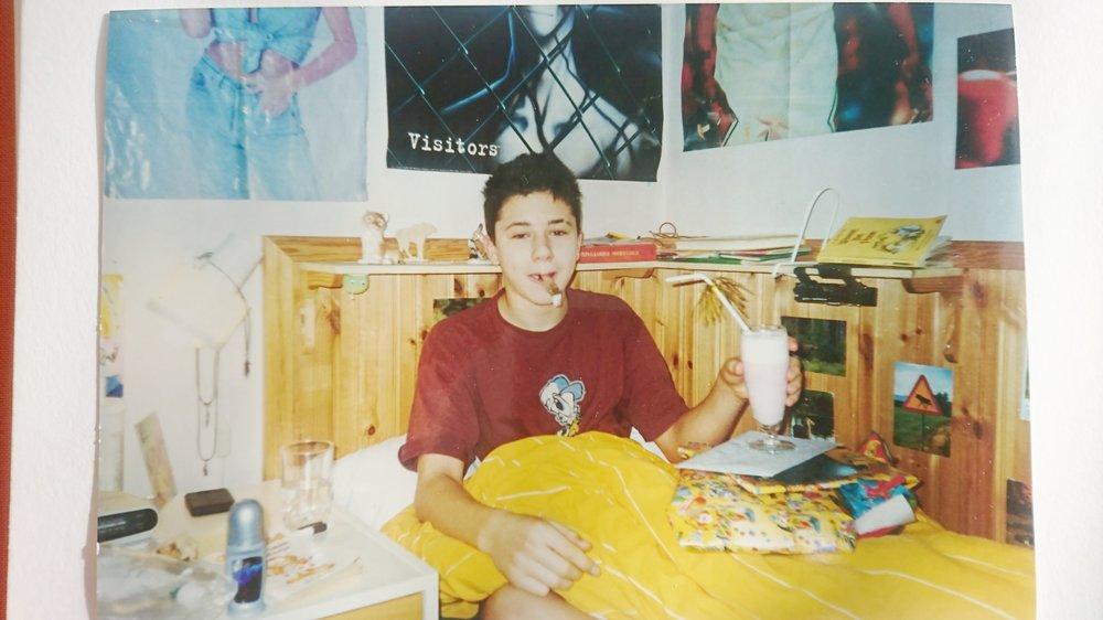 Jag på min födelsedagsmorgon, 13 år gammal med Dennis Rodman-affischen knappt synlig bakom mig till höger (år 2000)