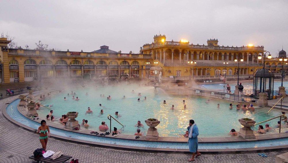 Det klassiska Széchenyibadet med tempererade bassänger och schackspelande män i badmössa.