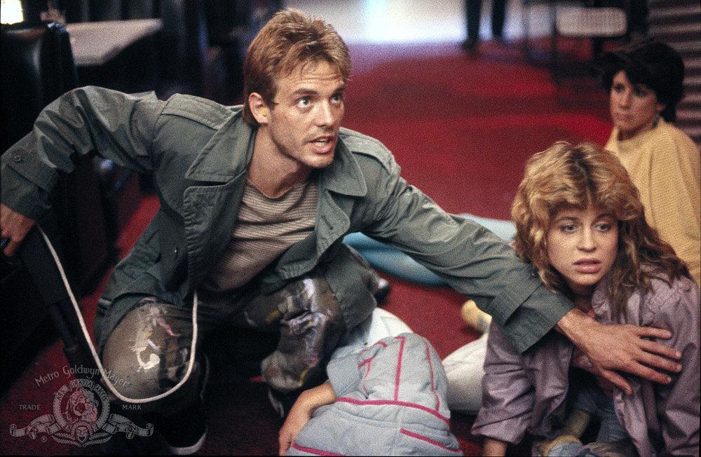Linda Hamilton räddas av Michael Biehn.