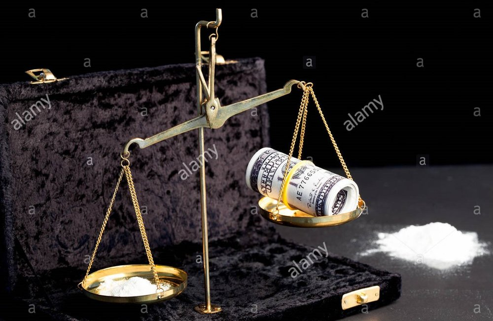 weighing-scales-with-wad-of-dollars-and-white-powdered-drug-beside-HHX96E.jpg