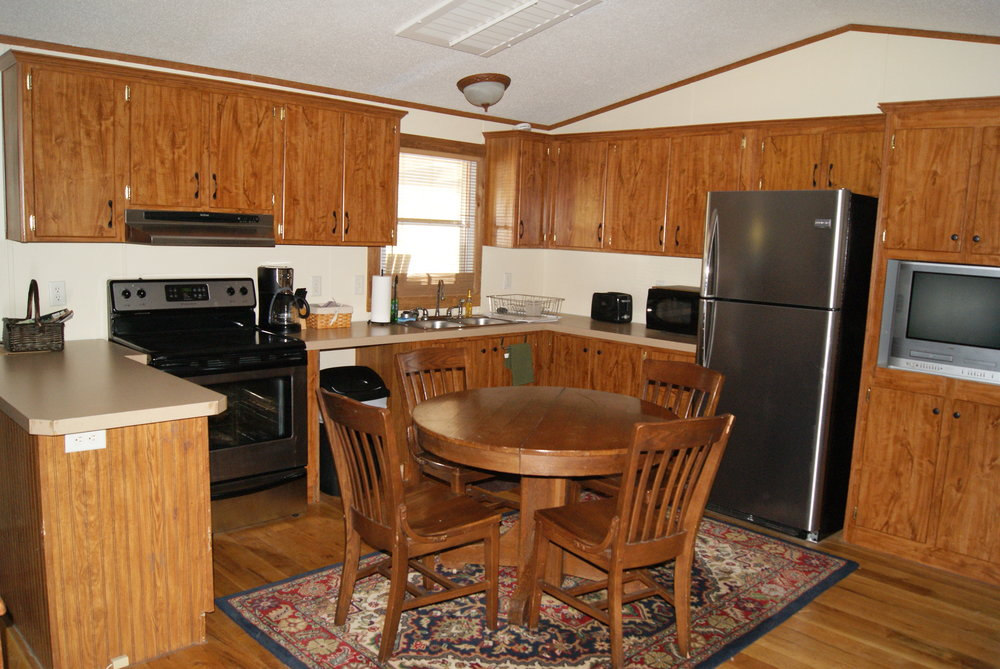 The Cabin: Tallgrass Suite kitchen and dining area