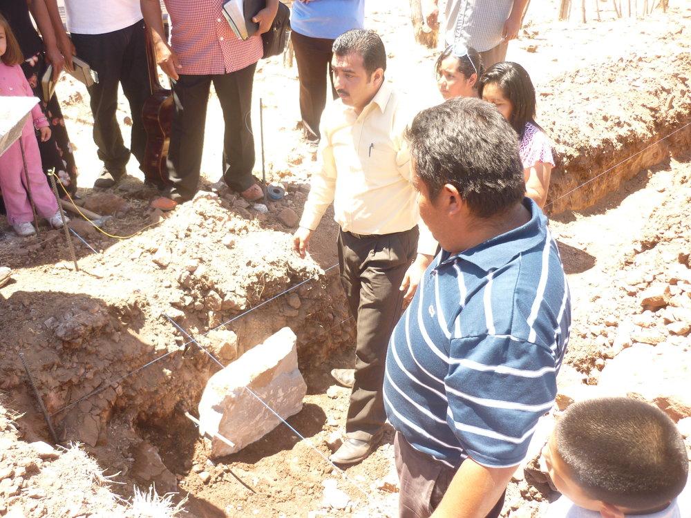 Fundación de la Primera Roca - En el 2011 comenzó la construcción del templo. El superintendente de las Asambleas de Dios, Pastor Gustavo García (fondo) y el Pastor Manuel Flores (derecha) dedicaron la primera roca de los cimientos.