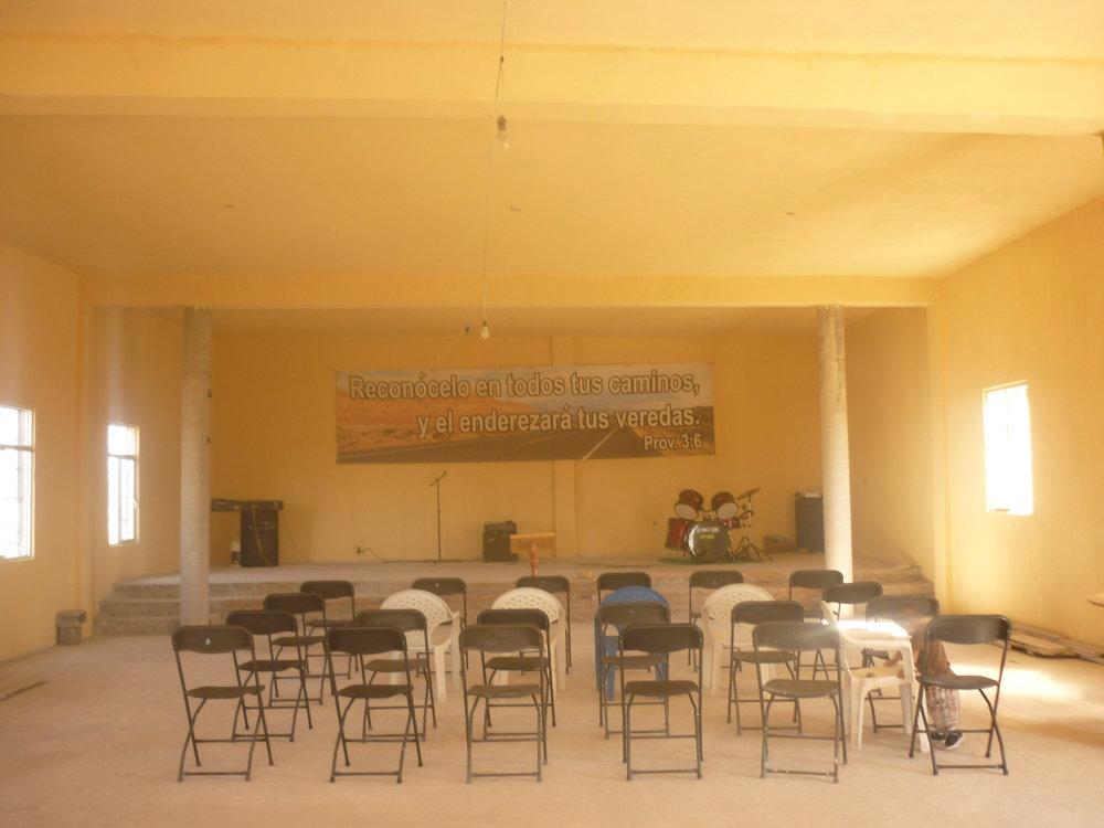 El interior del templo, listo para el servicio de inauguración.