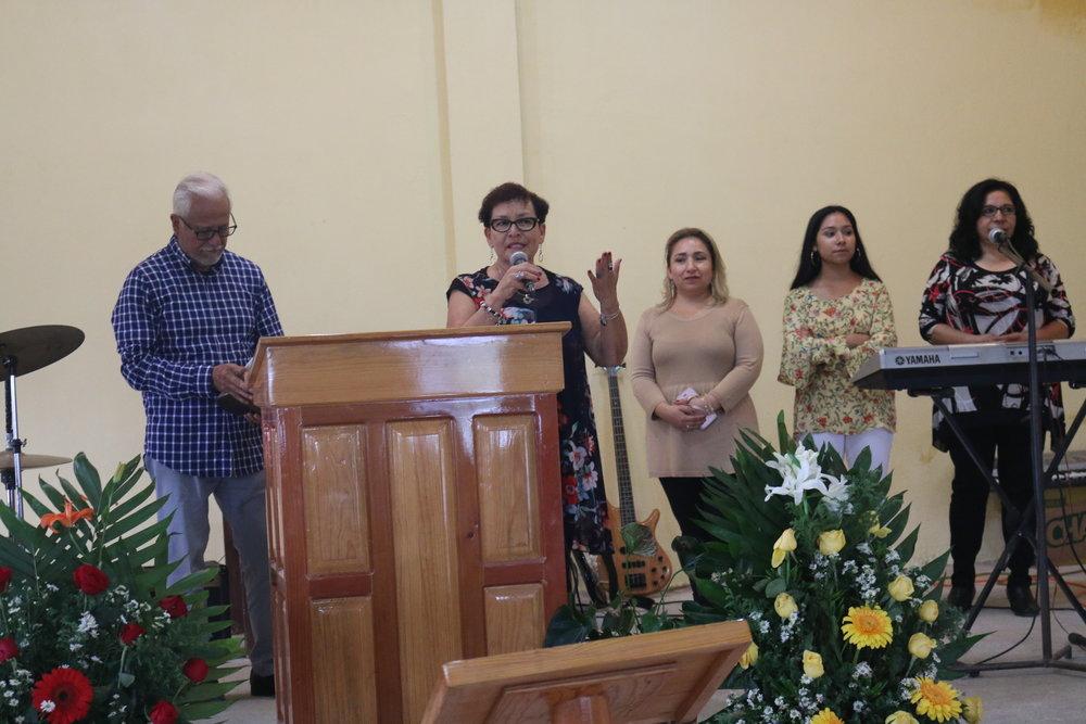 Los Pastores y el grupo de la congregación de visita en el templo.