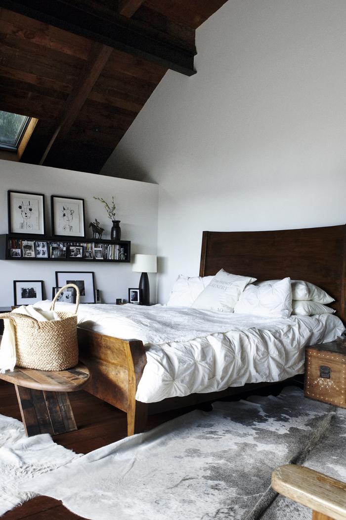 Sovrum-med-konst-och-hogt-tak