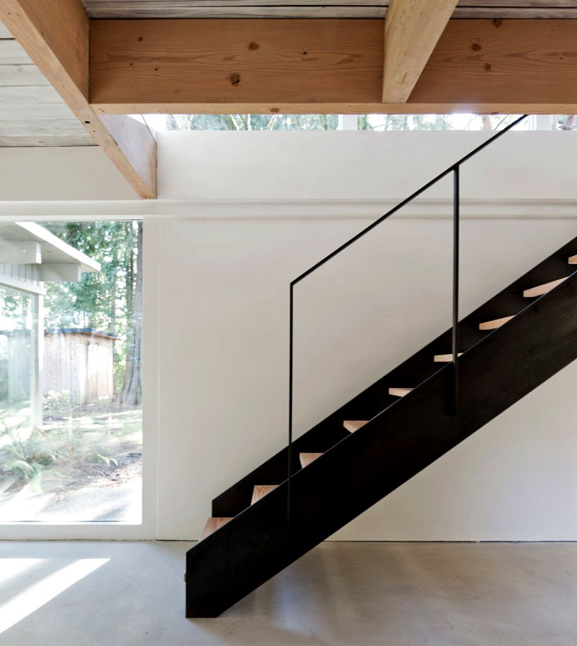 scott-scott-architects-refurbish-north-vancouver-home-designboom-003-818x916