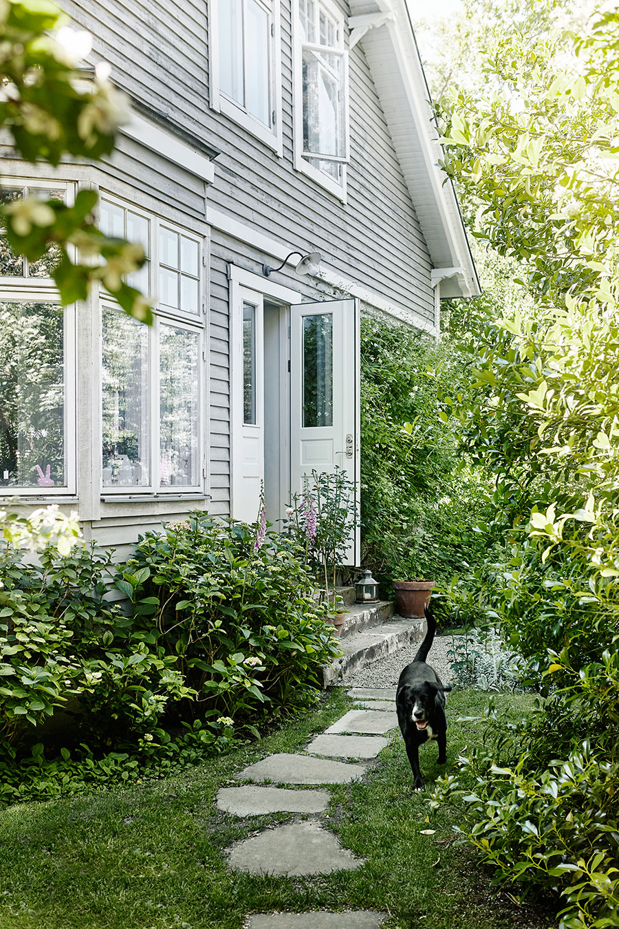 Rosengarden_garden_tradgard_exterior_gray_house_Foto_Petra_Bindel-1
