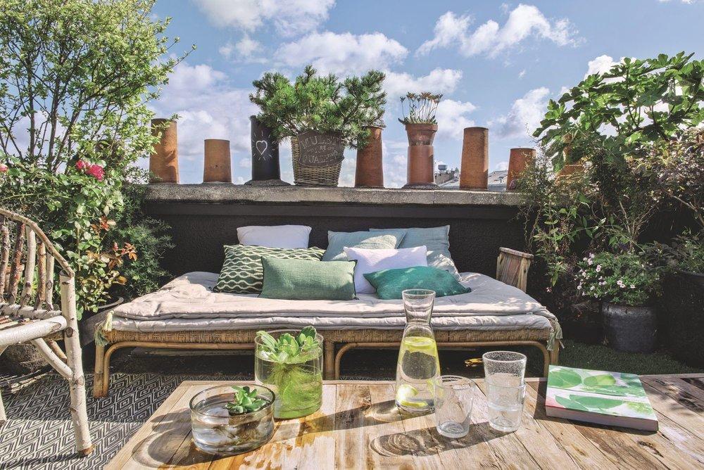 banc-lit-exterieur-sur-grand-balcon-parisien-fleuri_5583889