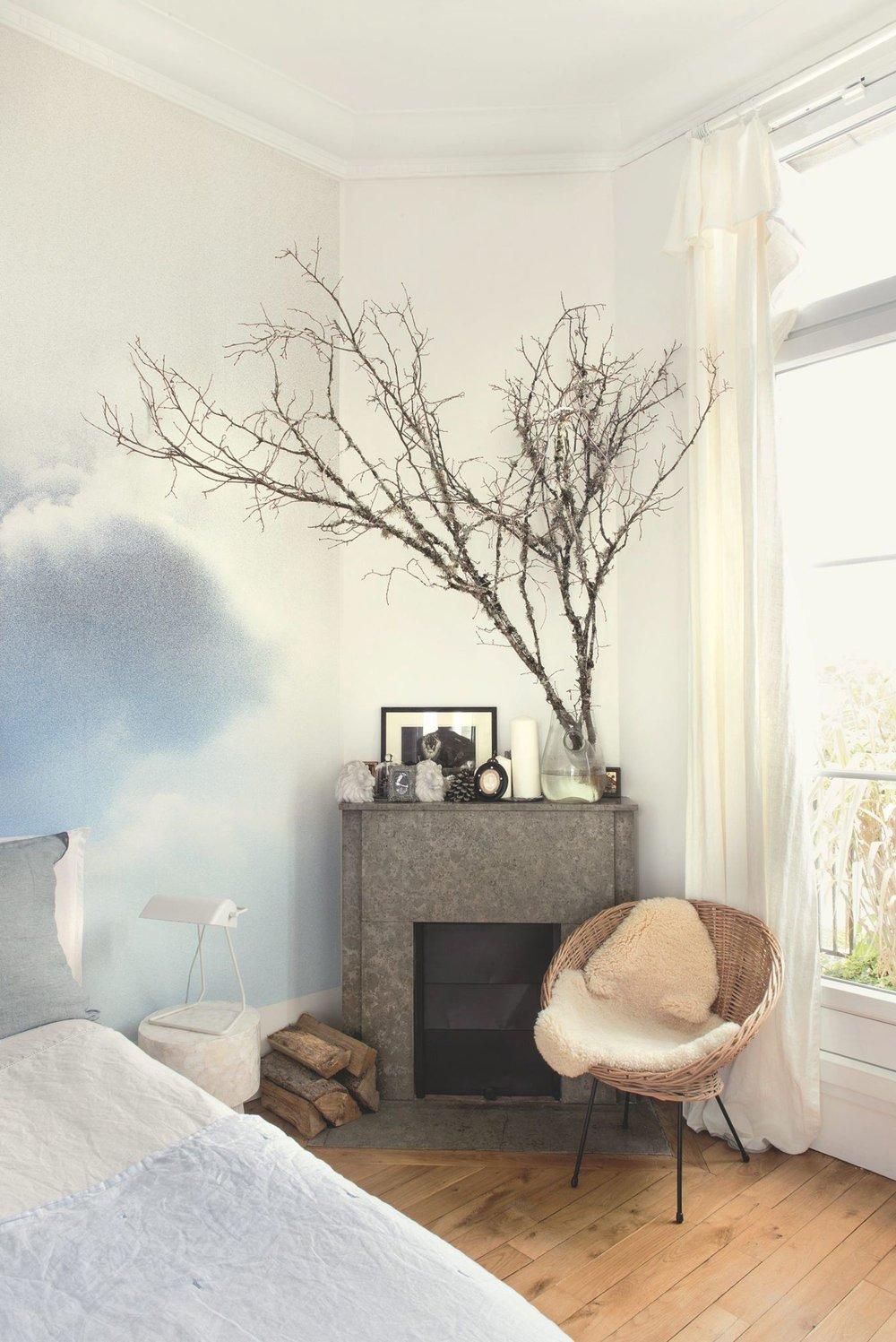 chambre-avec-branche-en-bois-et-fauteuil-en-rotin_5583899