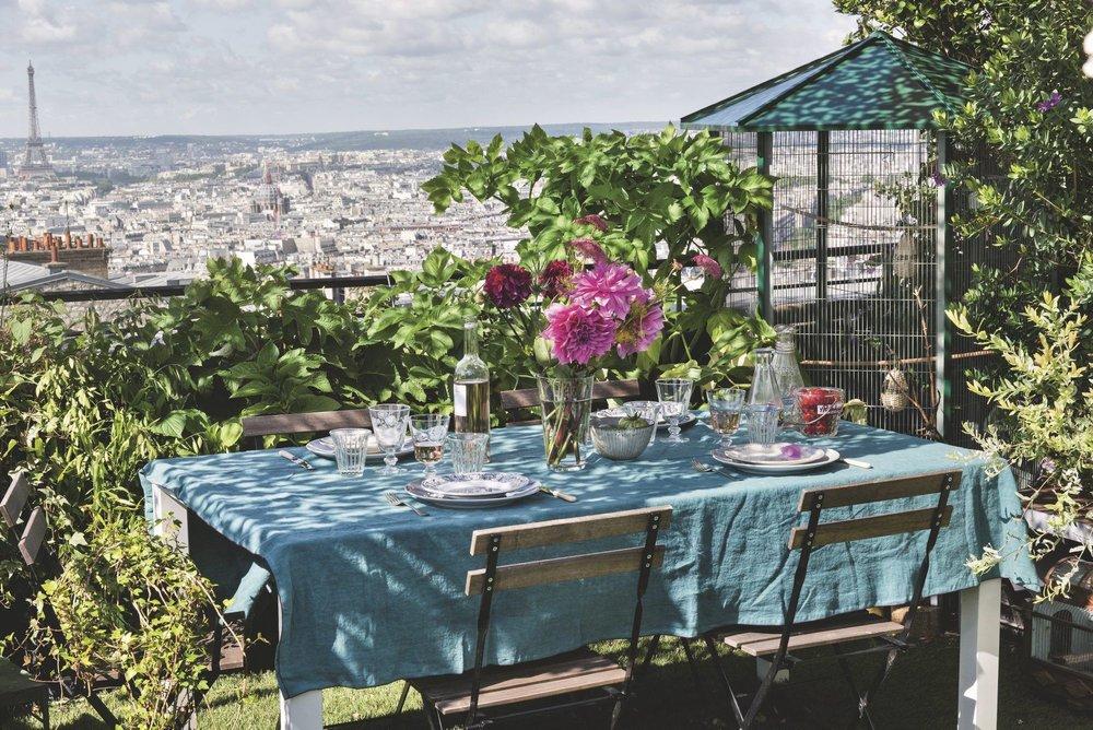 table-sur-grand-balcon-parisien-fleuri_5583887