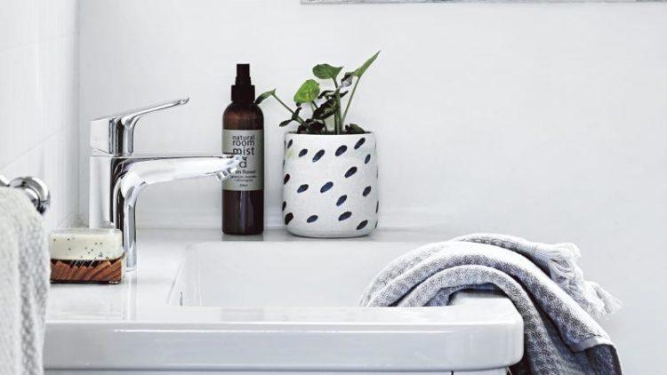 grey-and-white-bathroom-hls0117-20170315164752q75dx800y-u1r1g0c--750x422.jpg