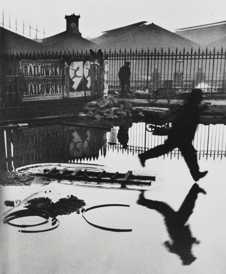 Man Jumping the Puddle – Henri Cartier-Bresson, Parijs, 1932.