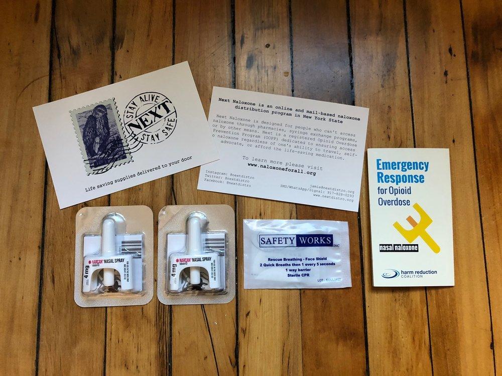 - Que sera enviado a los residents del estado de Nueva York:· Dos dosis de Narcan que es la marca de Naloxona en forma intranasal.· Un escudo de rescate para proporsionar respiracion de rescate.· Certificado de finalización