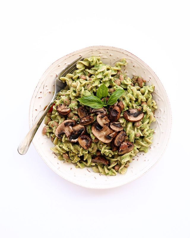 hiya everybody 👋🏼 y'all already know that i'm a pasta enthusiast, and today I wanted to share this pea pesto pasta that is actually perfection. So creamy, so savory, and so simple to make - I used one of my favorite ingredients, @ripplefoods vegan half & half, to make it super creamy & add a touch of sweetness. Now dig in. . . . PEA PESTO PASTA 1 ripe avocado 1/2 cup peas 1 tsp mustard 1/2 tsp salt 3 fresh basil leaves 1/4 cup nutritional yeast 1/2 cup Ripple half & half . . . Blend together all of your ingredients in a food processor & add to your favorite pasta ✨ see? I told ya it was easy - hope you all enjoy this creaminess & have a beautiful Monday! #ad