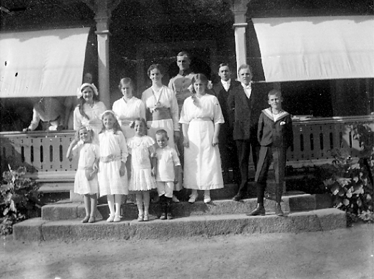 Marie-Louise o Mechtild Bergs kusiner på trappan till Bruntorp