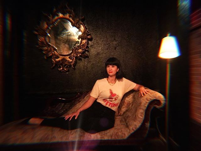 When you find an antique chaise you pose and channel your inner Cleopatra 👩🏻🐍😳 ~~~~~~~~~~ 📷 @ingmarland T-shirt by @lascafeteras 💋