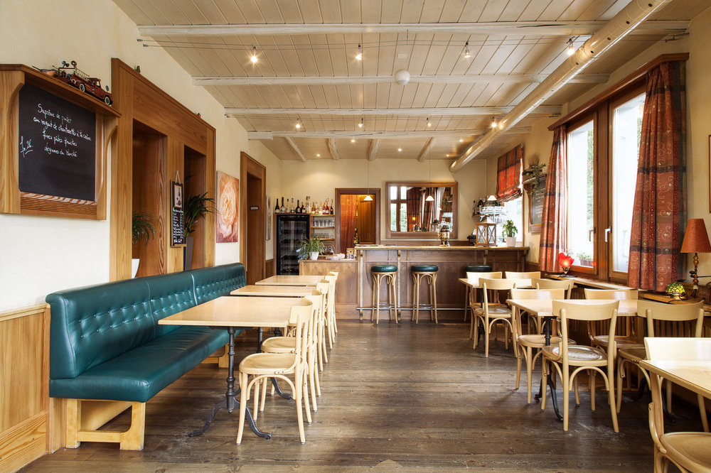Le Café - En entrant, découvrez en premier lieu un espace chaleureux et convivial. Pour un apéritif entre amis, un plat du jour à midi entre collègues ou un repas en famille.