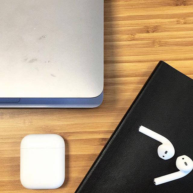 Kontoret mitt er det du ser på bildet + favorittpennen min fra @crosspens som jeg har arvet fra farmor. That's it. Alt passer i vesken, alt kan være med jorden rundt, alt er på nett. Utenom den lille @moleskine_world notatboken du ser da, den inneholder alt jeg trenger å ha offline. Det er ofte jeg tenker jeg må ha et kontor, det er bare sånn det skal være. Jeg må ha skrivebord, jeg må ha ekstern skjerm, jeg burde ha det ene og det andre. Samtidig så er det noe med friheten, og akkurat i dag føler jeg meg så takknemlig for akkurat det. Det å kunne jobbe hjemmefra om jeg har en dårlig dag, å kunne jobbe på kafé om jeg føler for å være rundt mennesker eller å dra på kontoret for å kaste idéer og diskutere litt. Det er litt rart. Min «generasjon» er mellom to skifter - de som har 08-16 jobb og de som gjør som de vil. En form for privilegier, og ukjent farvann. Litt tankefull i dag ☀️. #markedsføring #marketing #sosialemedier #branding #socialmedia #facebook #digitalmarkedsføring #design #socialemedier #blogg #kamillenorge #advertising #boligdrøm #kkliving #interiørmagasinet #instagram #marketingtips #business #socialmediamarketing #event #socialmediamanager #brand #bloggnorge #kommunikation #kommunikasjon #inspiration #promotion #jentesjef