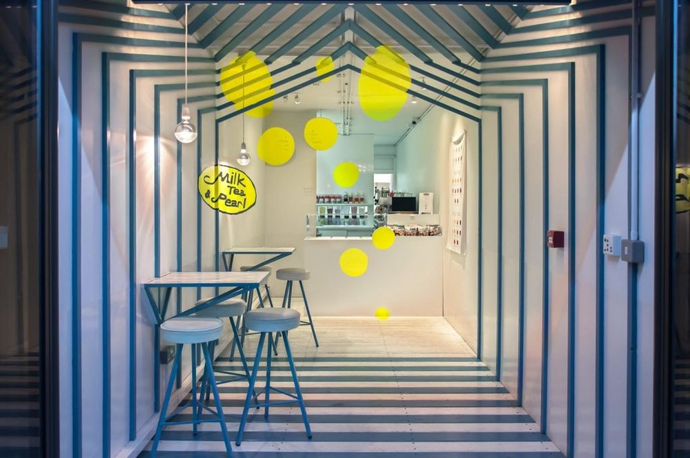 Hiệu ứng ảo ảnh thị giác làm cho không gian quán trà sữa sống động.