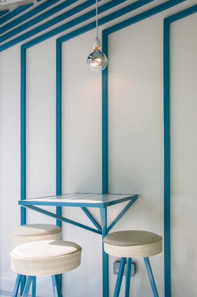 Cách bố trí bàn ghế gọn gàng và tạo không gian rộng rãi cho quán.