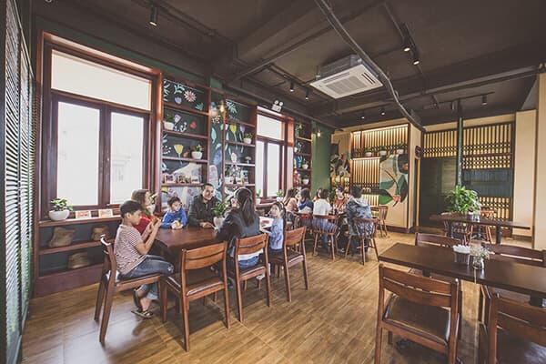 THIẾT KẾ quán Cafe PHONG CÁCH VINTAGE - Vintage là phong cách thiết kế nội thất kết hợp hoàn hảo giữa cổ điển và hiện đại, khơi gợi trong ta về dấu ấn của thời gian, là sự hoài niệm, cũ kỹ nhưng lại thể hiện được sự phá cách, độc đáo. Chính vì lẽ đó, đây cũng là phong cách được nhiều người ưa chuộng hiện nay. Đặc biệt với những quán café mong muốn mang đến cho khách hàng một cảm giác yên bình, nhẹ nhàng thì phong cách này sẽ không làm bạn thất vọng.